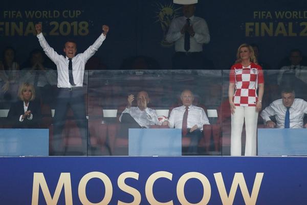 各国政要观战世界杯秒变球迷 马克龙庆夺冠