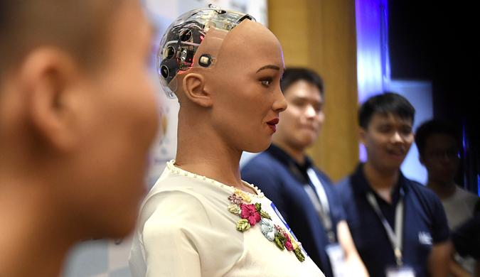"""机器人""""索菲亚""""穿""""袄代""""出席越南工业4.0峰会"""