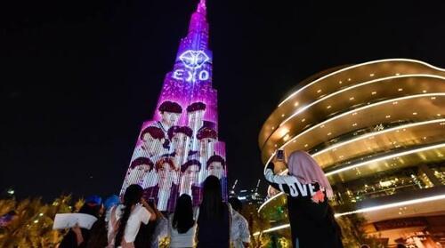 韩国男团EXO亮相世界第一高楼灯光秀