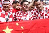世界杯闭幕式,球迷们高举五星红旗!