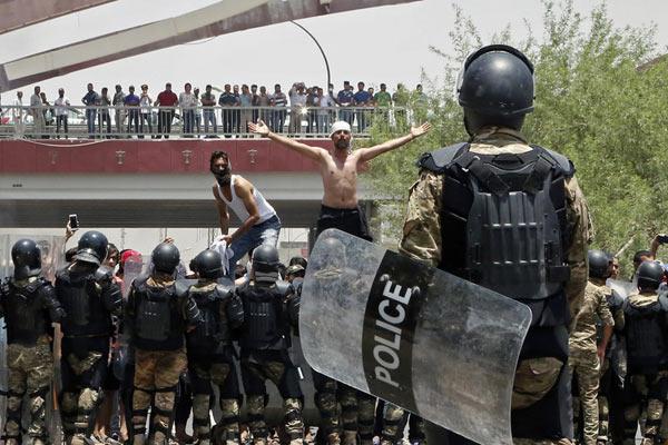 伊拉克南部爆发大规模骚乱 示威者纵火袭击基础设施