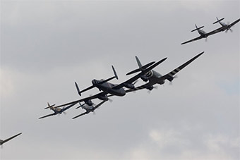 震撼!英国航展出动二战轰炸机为百年空军庆祝