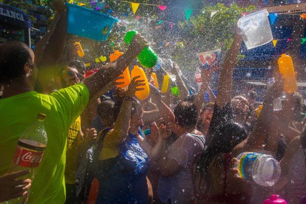 """西班牙举办""""泼水节"""" 数千民众街头打水仗战高温"""