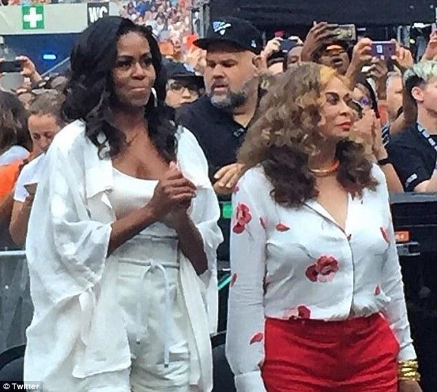 米歇尔•奥巴马携女现身碧昂斯演唱会 激情热舞引关注