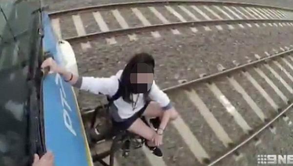 """澳火车上""""冲浪""""少年:人固有一死或死于找乐"""