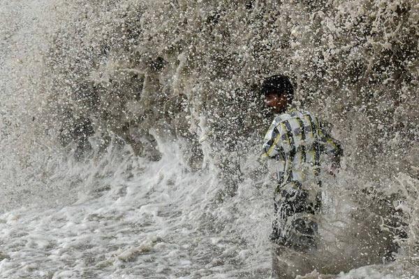孟买发布海浪警报 近5米巨浪来势汹汹