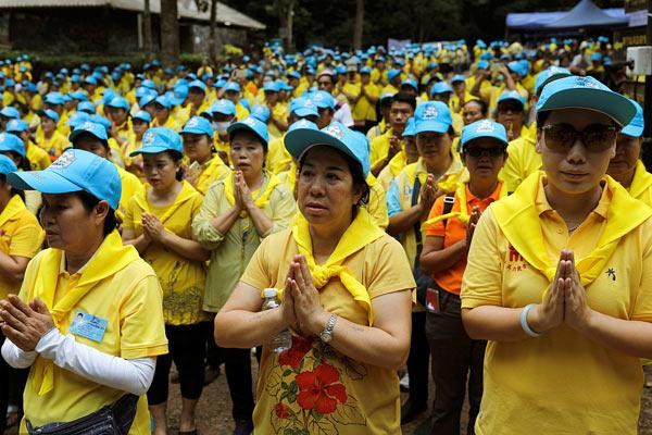 泰国民众悼念为救被困少年足球队而缺氧死亡的潜水员