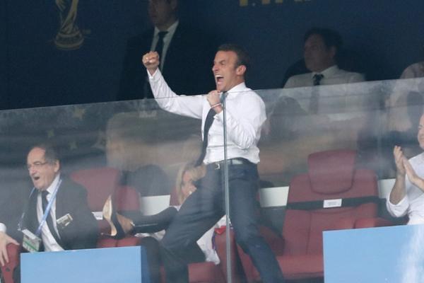 法总统马克龙观看世界杯决赛 手舞足蹈兴奋成移动表情包
