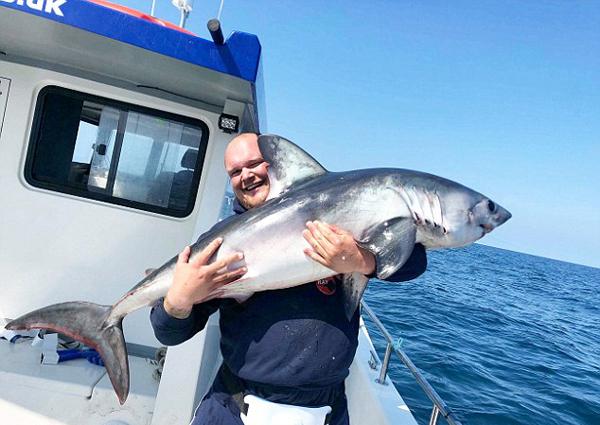 英渔民出海收获惊人一天钓20条鲨鱼