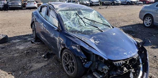 特斯拉Model 3高速上撞车侧翻:司机仅轻伤