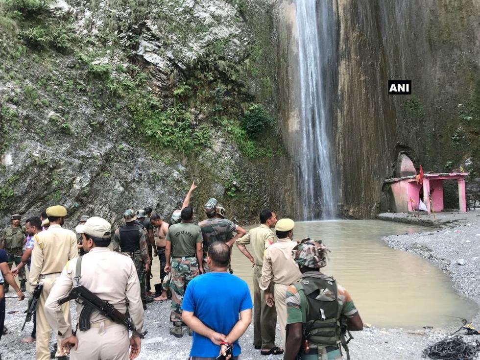 印度民众在瀑布下洗浴 突然有巨石滚落致7死25伤
