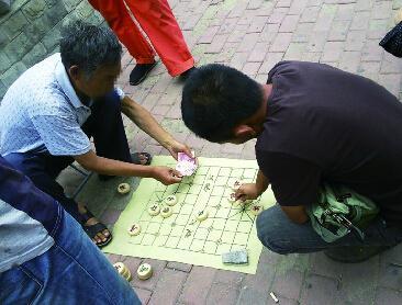 街头象棋残局骗局揭秘:一堆托在表演,骗钱后按比例分赃