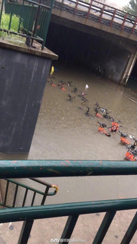 北京回龙观多路段积水 西二旗地铁站积水漫过护栏