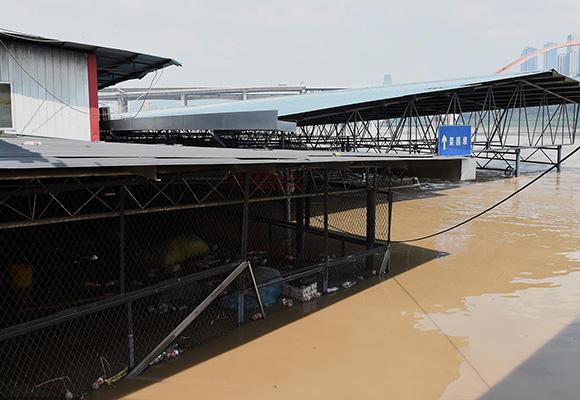 重庆主城洪峰过境 菜市场被淹没