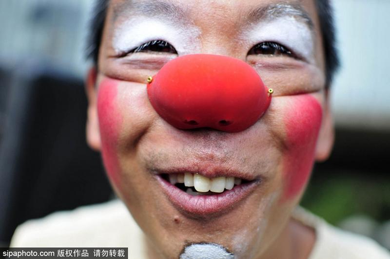 微笑是良药!巴西圣保罗街头举行小丑快闪活动