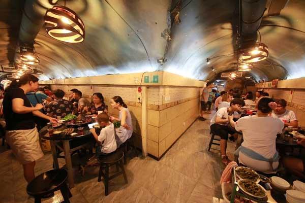 重庆高温持续 市民防空洞内吃火锅避暑纳凉