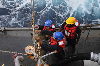 美驱逐舰赖在南海不走 横向补给要长期逗留?