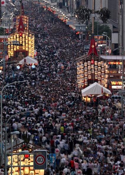 日本京都祇园祭前夜预热 3.5万人顶酷暑赏夏夜盛景