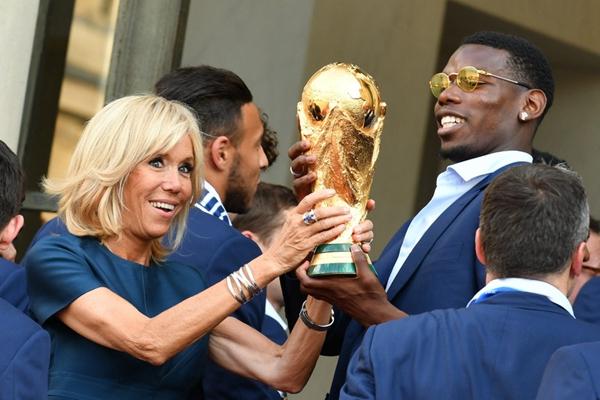 世界杯冠军法国国家队载誉归来 博格巴与法第一夫人举金杯