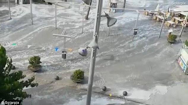 1.5米高海啸袭击西班牙海岛 海水涌进酒吧露台