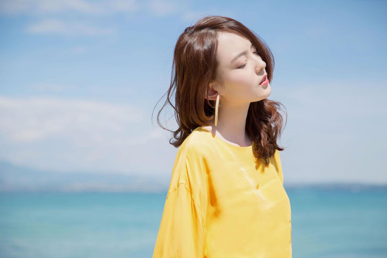 杨之楹夏日写真曝光 亮黄露背长裙刮起甜美清新风