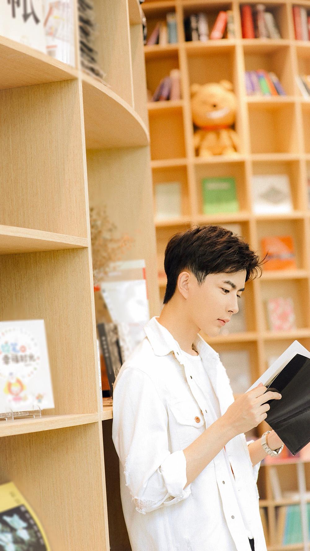 温暖学长于朦胧上线 演绎夏日悠闲的读书时光