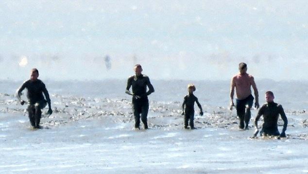 英国一家人身陷海滩齐腰深泥淖 潮水来袭前被救