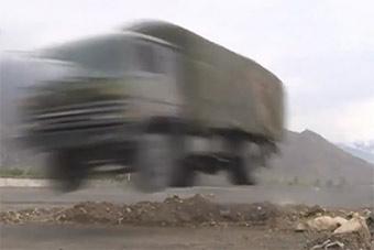 高寒山地协同作战演练后勤卡车上演飞车绝技