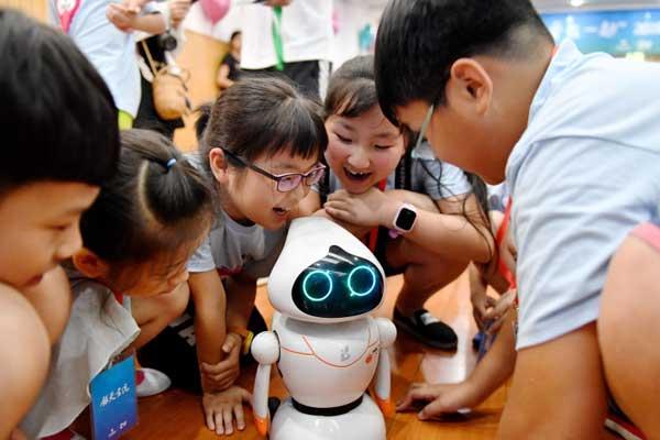 """杭州:""""小候鸟""""挑战机器人"""