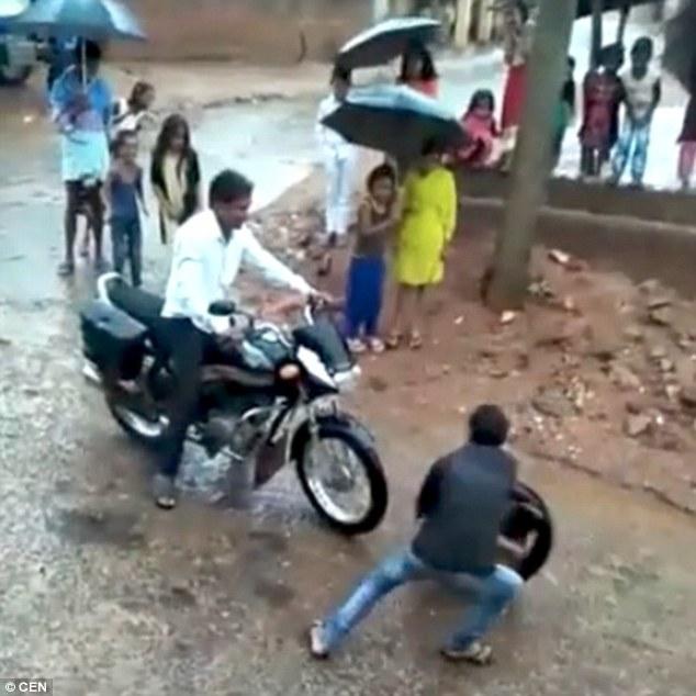 神技!印度男孩蜷缩轮胎里用双脚蹬地疾驰
