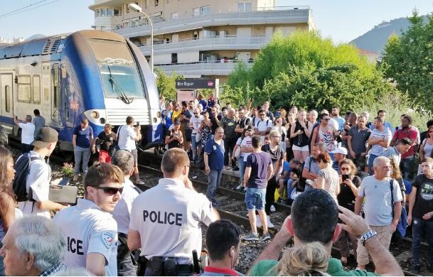 法国火车取消班次 乘客愤怒占据铁道引发混乱