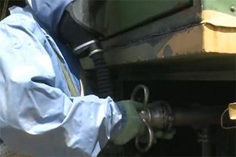 火箭军检验极限作战能力40度高温穿防化服训练