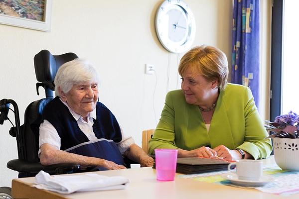 德总理默克尔履行竞选承诺 造访疗养院与老人亲切互动