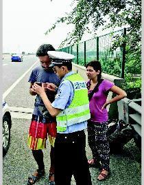 两老外太原高速公路行走 交警借手机翻译软件帮忙