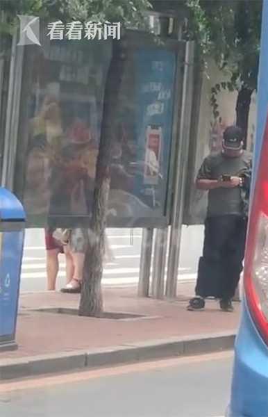 曝长春公交站有男子偷拍女生裙底 拍完还原地翻看