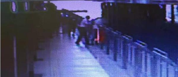上海地铁一失恋男子徒手扒门欲跳轨,站务员一把抱住将其救下