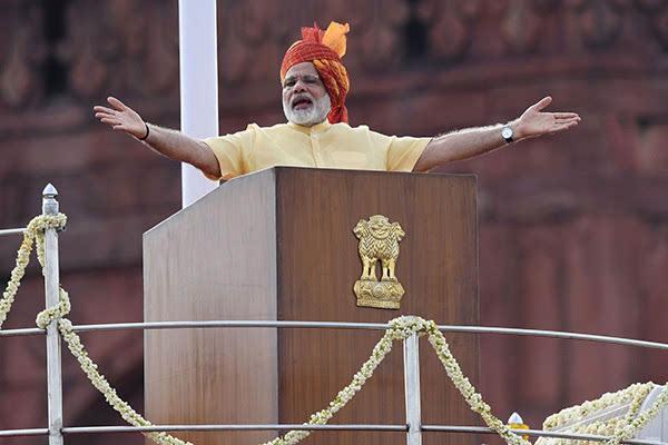 印度总理莫迪集会演讲现场棚顶坍塌 致 67人受伤