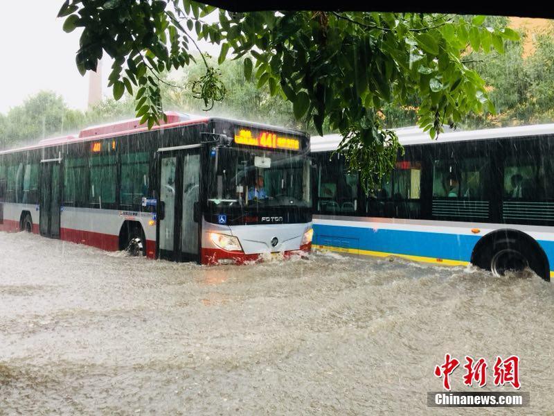 """北京城区开启""""看海""""模式 积水没过小腿"""