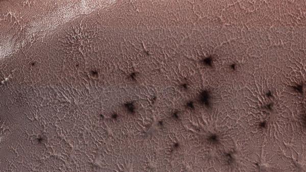 """美国宇航局公开了火星南极的""""蜘蛛""""地形照片"""