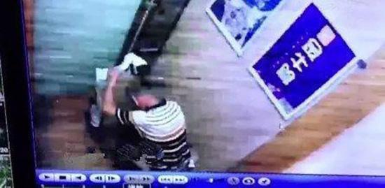 """网传""""男子电梯内大便"""" 物业:老人患病突然失禁"""