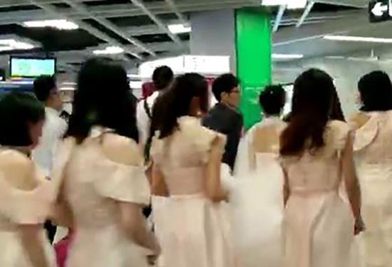 """南宁24岁新娘乘地铁当""""婚车"""":觉得很酷,比攀比豪车好"""
