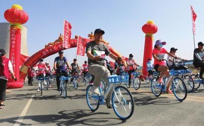 """白银上千市民骑着单车游""""花海"""""""