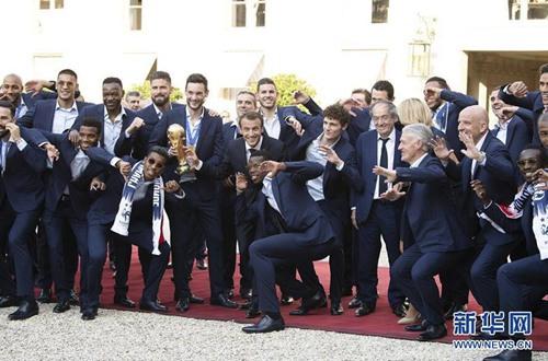 足球——法国总统马克龙迎接法国队凯旋