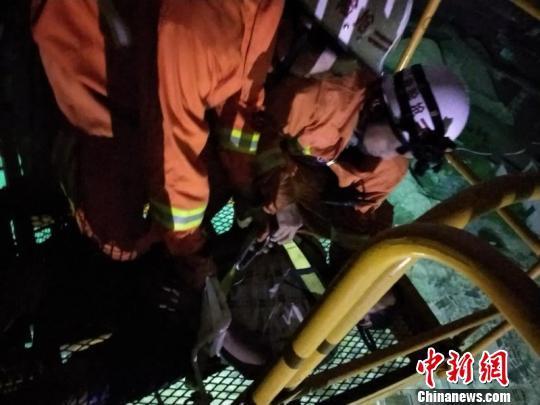 男子心情不好喝醉登40米高塔吊 消防耗时5小时救下
