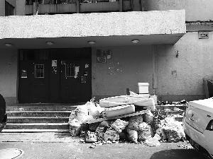 北京一小区楼前垃圾成堆 物业称尽快清理