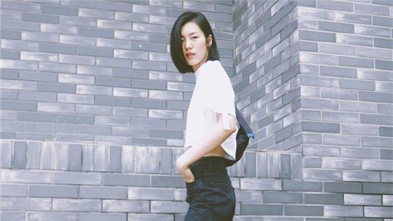 刘雯穿露脐装秀诱人马甲线