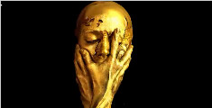 将自己化妆成世界杯奖杯,金光闪闪