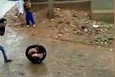 神技!印度男孩蜷缩轮胎里翻滚疾驰