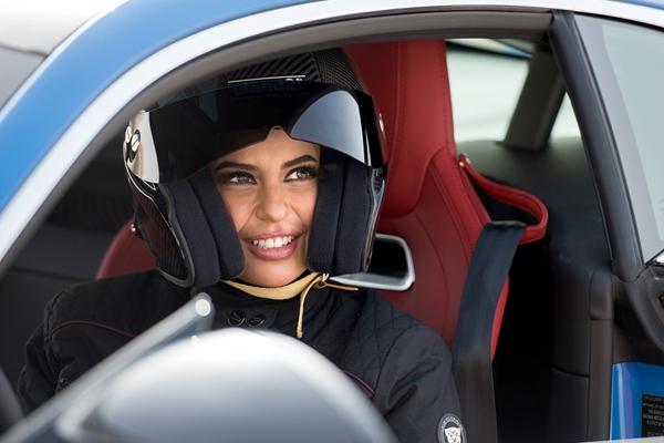 沙特开招女飞行员 盘点沙特妇女的酷炫生活