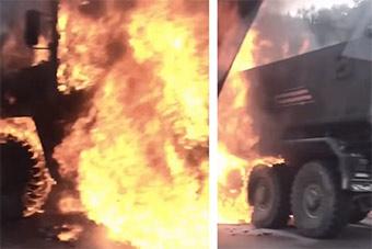 俄最先进防雷车路边起火 一名士兵扑救时受伤